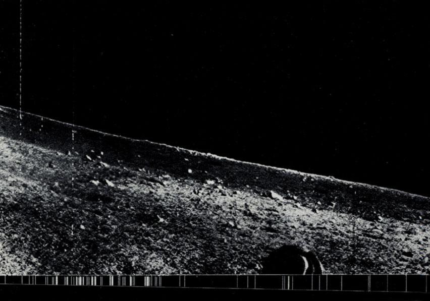 Фрагмент панорамы, переданной автоматической станцией «Луна-13» (звёзды видны)